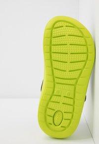 Crocs - LITERIDE - Drewniaki i Chodaki - black/lime punch - 4