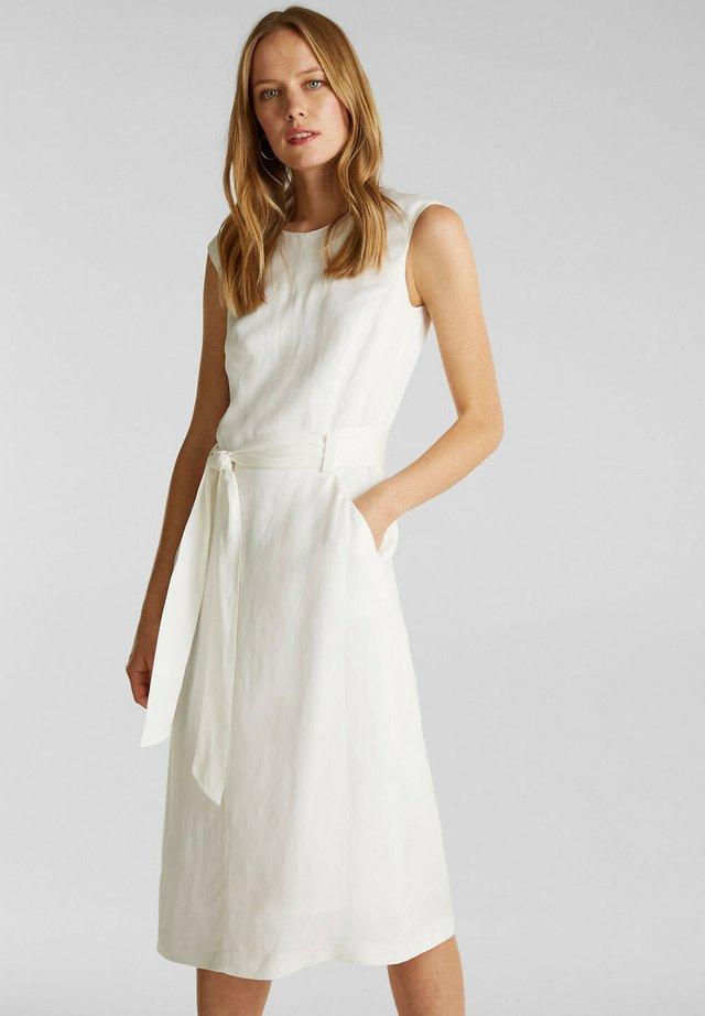 MIT BINDEGÜRTEL - Korte jurk - off white