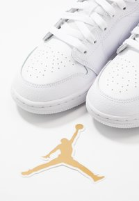 Jordan - AIR 1 LOW UNISEX - Basketball shoes - white - 6