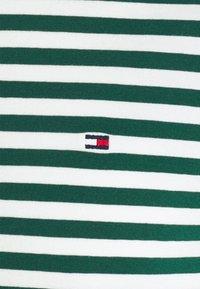 Tommy Hilfiger - STRETCH V NECK TEE - T-shirt - bas - rural green/ivory - 6