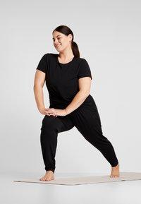 YOGA CURVES - TWISTED  - Basic T-shirt - black - 1