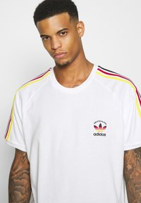 adidas Originals - STRIPES SPORTS INSPIRED SHORT SLEEVE TEE UNISEX - T-shirt print - white