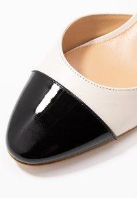 MICHAEL Michael Kors - BRIE CLOSED TOE - Escarpins - light cream/black - 2