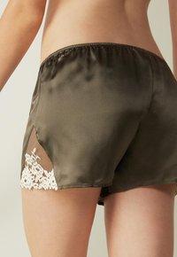 Intimissimi - PRETTY FLOWERS - Pyjama bottoms - grün agave green/ivory - 1