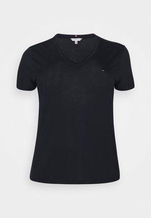 RELAXED V NECK - T-shirts - desert sky