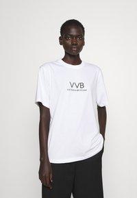 Victoria Victoria Beckham - LOGO - T-shirt z nadrukiem - white - 0