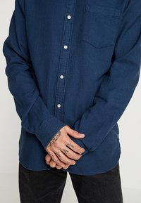 Knowledge Cotton Apparel - ZIG ZAK SHIRT - Shirt - dark denim - 4