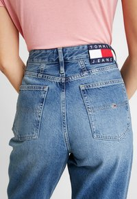 Tommy Jeans - MOM HIGH RISE TAPERED - Relaxed fit jeans - sunday mid - 5