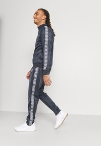 Umbro - ACTIVE STYLE TAPED TRACKSUIT - Tracksuit - indian ink/white - 5