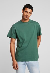 Perry Ellis America - ON THE BACK - Print T-shirt - pineneedle - 2