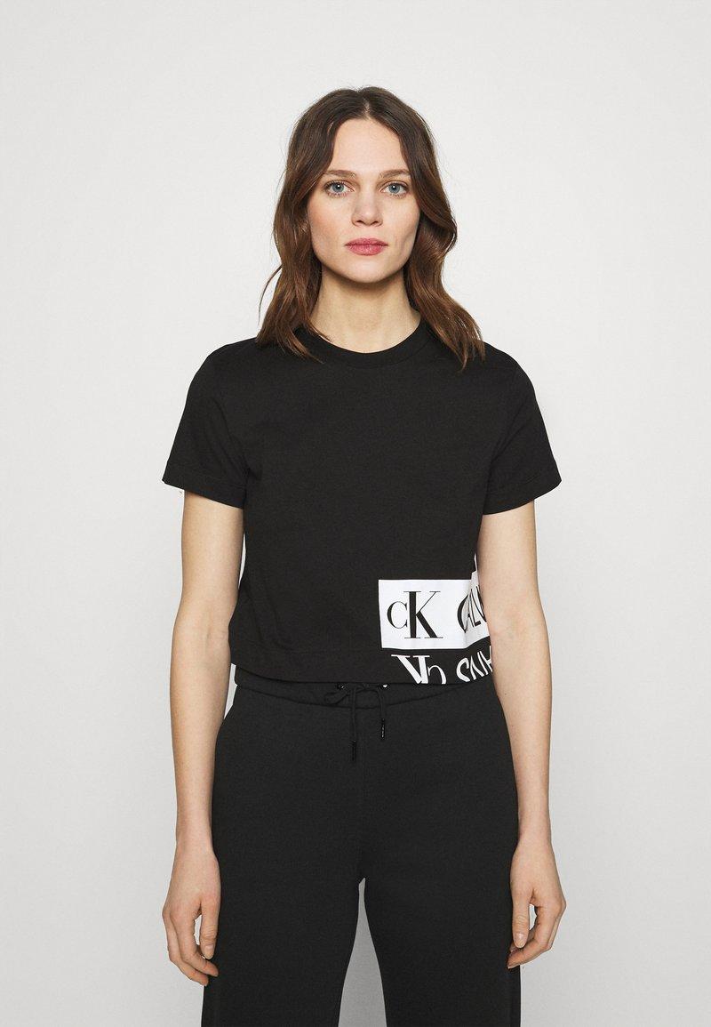 Calvin Klein Jeans - MIRRORED LOGO BOXY TEE - Printtipaita - black/bright white