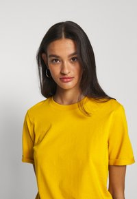 Pieces - PCRIA FOLD UP TEE - Basic T-shirt - nugget gold - 4