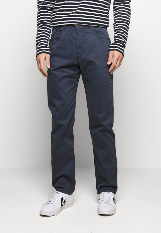 BROKEN TWILL TROUSER - Broek - navy