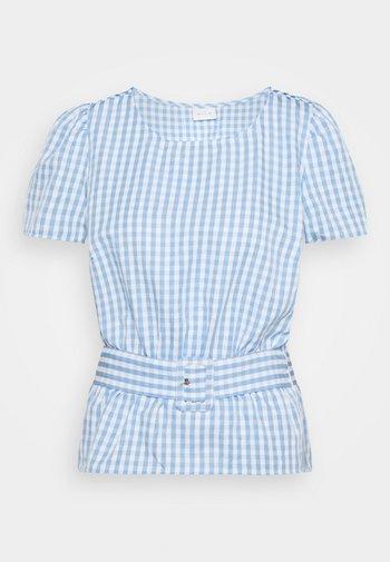 VIGRIMDA BELT - Print T-shirt - blue/white