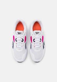 Reebok - RUNNER 4.0 - Neutrální běžecké boty - white/vector navy/proud pink - 3
