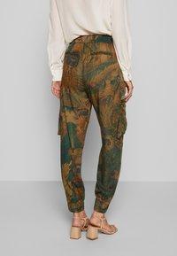 Desigual - PANT CORFU - Pantalon classique - verde bosque - 2