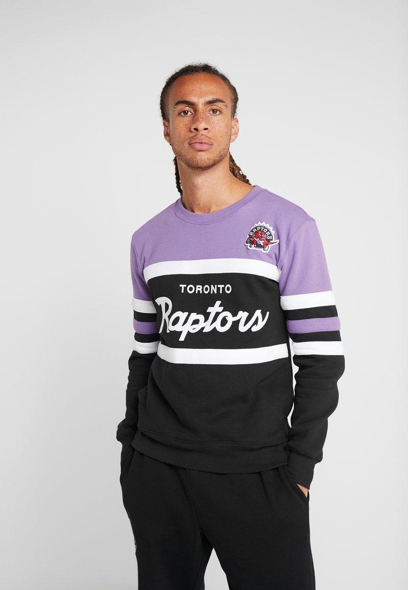 Mitchell & Ness - NBA TORONTO RAPTORS HEAD COACH CREW - Sweatshirt - purple/black