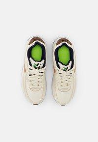 Nike Sportswear - AIR MAX 90 SE UNISEX - Tenisky - coconut milk/wheat-obsidian-white - 3
