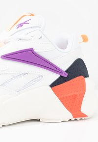 Reebok Classic - AZTREK DOUBLE POPS LIGHT CUSHION SHOES - Tenisky - white/grape punch/bright - 2