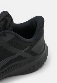 Nike Performance - QUEST 4 - Obuwie do biegania treningowe - black/dark smoke grey - 5