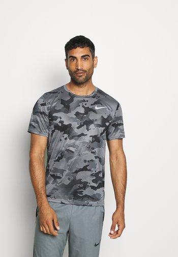DRY TEE - T-shirt z nadrukiem - smoke grey/grey fog