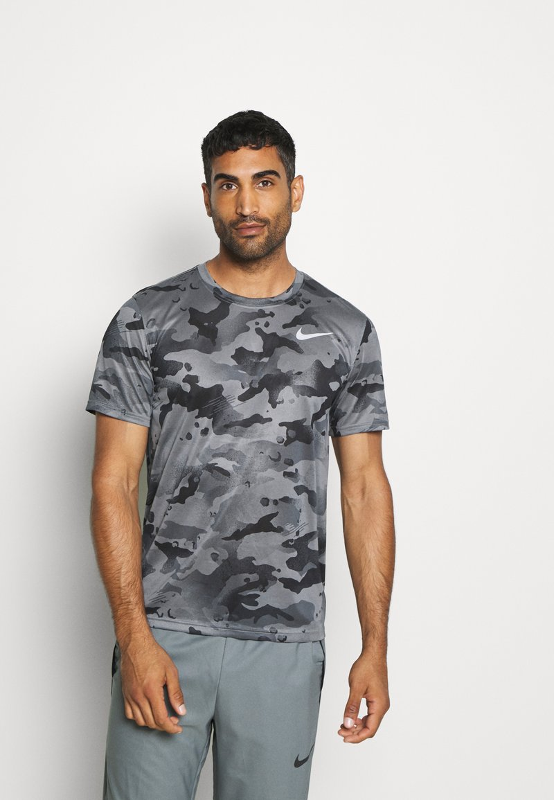 Nike Performance - DRY TEE - Print T-shirt - smoke grey/grey fog