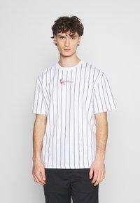 Karl Kani - SMALL SIGNATURE PINSTRIPE TEE UNISEX - Print T-shirt - white/black - 0