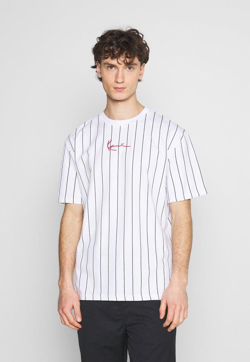 Karl Kani - SMALL SIGNATURE PINSTRIPE TEE UNISEX - Print T-shirt - white/black