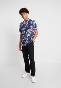Burton Menswear London - LARGE FLORAL - Vapaa-ajan kauluspaita - navy - 1