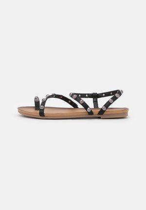 SARA - Sandály s odděleným palcem - black
