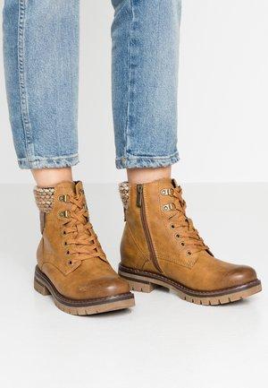 Šněrovací kotníkové boty - corn