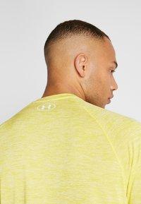 Under Armour - HEATGEAR TECH  - Camiseta estampada - eureka yellow/white - 3
