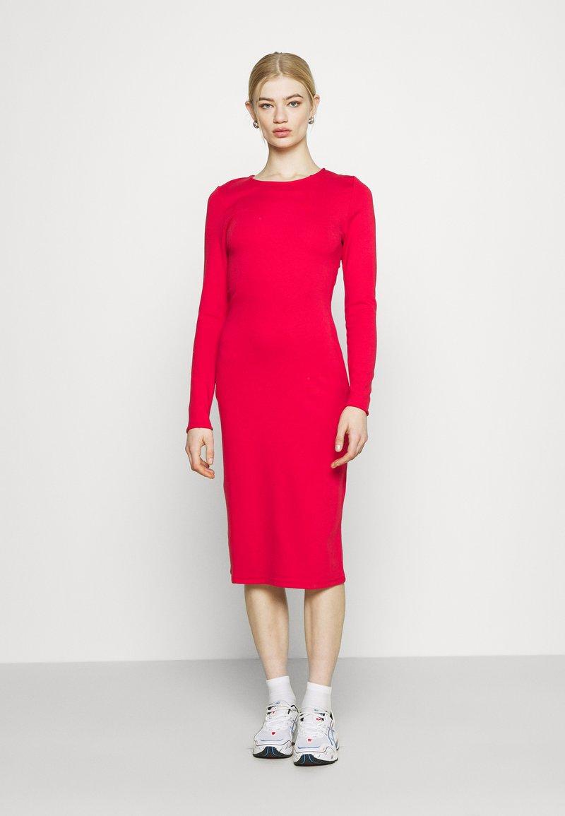NU-IN - PLUNGE BACK NECK MIDI DRESS - Žerzejové šaty - scarlet red
