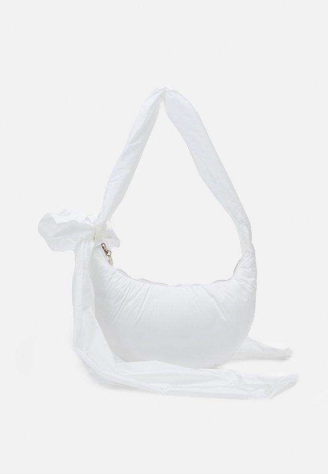 HOBO - Kabelka - bianco