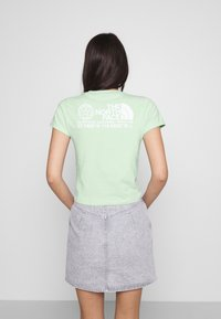 The North Face - COORDINATES TEE - T-shirts med print - green mist - 2