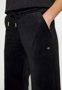 adidas Originals - VELVET PANTS - Joggebukse - black - 5