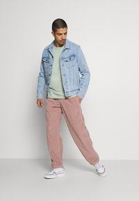 Obey Clothing - EASY PANT - Pantalones - gallnut - 1