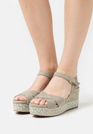 Sandalias con plataforma - pistacchio