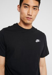 Nike Sportswear - CLUB TEE - T-shirts - black/white - 4