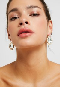 SNÖ of Sweden - NOCTURNE PENDANT EAR CLEAR - Earrings - gold-coloured - 1