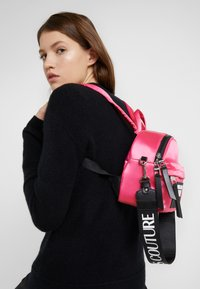Versace Jeans Couture - TAB MINI BACKPACK - Batoh - fuxia - 1