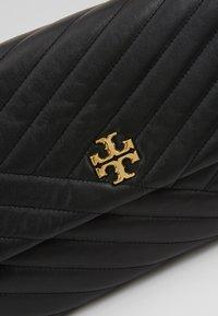 Tory Burch - KIRA CHEVRON CONVERTIBLE SHOULDER BAG - Taška spříčným popruhem - black/gold - 6
