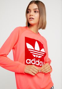 adidas Originals - TREFOIL CREW - Mikina - flash red - 4