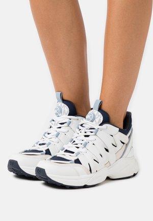 HERO TRAINER - Sneakers - optic white/navy