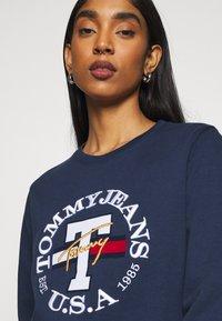 Tommy Jeans - REGULAR TWISTED LOGO CREW - Sweatshirt - twilight navy - 3