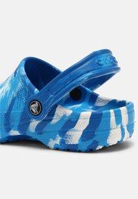 Crocs - CLASSIC MARBLED UNISEX - Zuecos - bright cobalt/white - 6