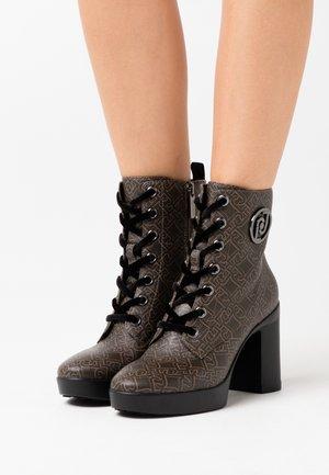 NOW  - Kotníková obuv na vysokém podpatku - brown