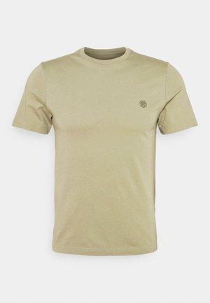 SAFARI GRAPHIC TEE - Print T-shirt - cardon green