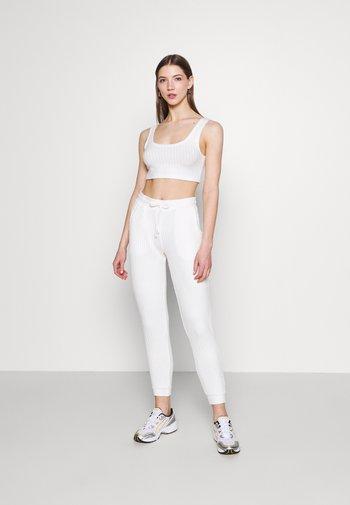 COSY BRUSHED SET - Pantalon de survêtement - winter white
