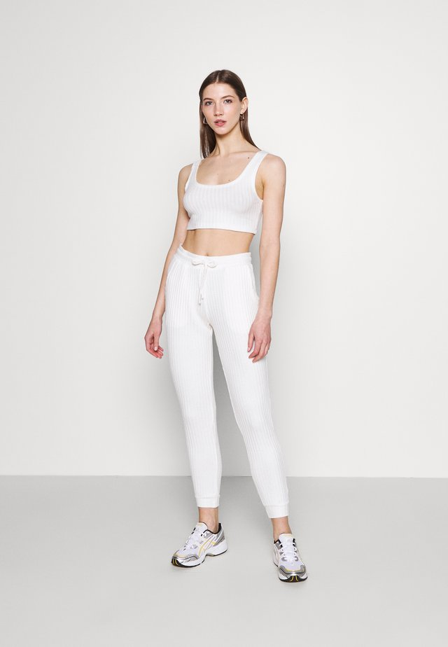 COSY BRUSHED SET - Pantalon de survêtement - winter white